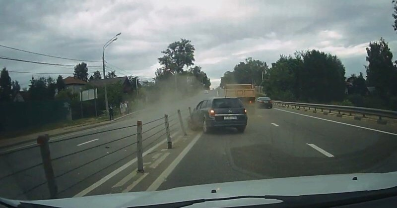 В Подмосковье водитель грузовика впечатал легковушку в отбойник