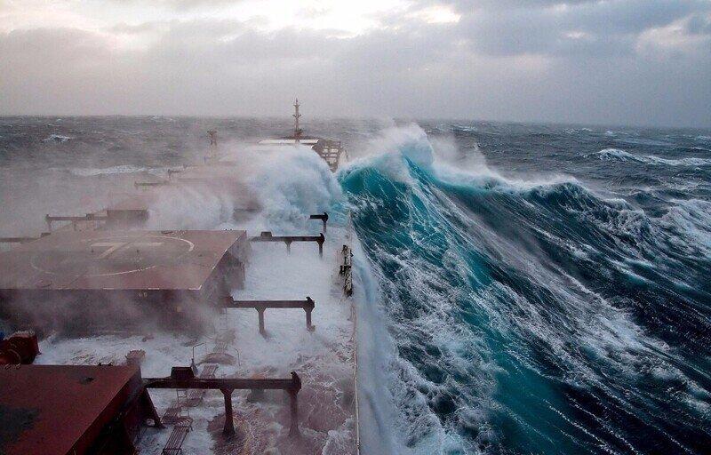 Море прекрасно настолько, насколько и пугающе: 12 кадров стихии