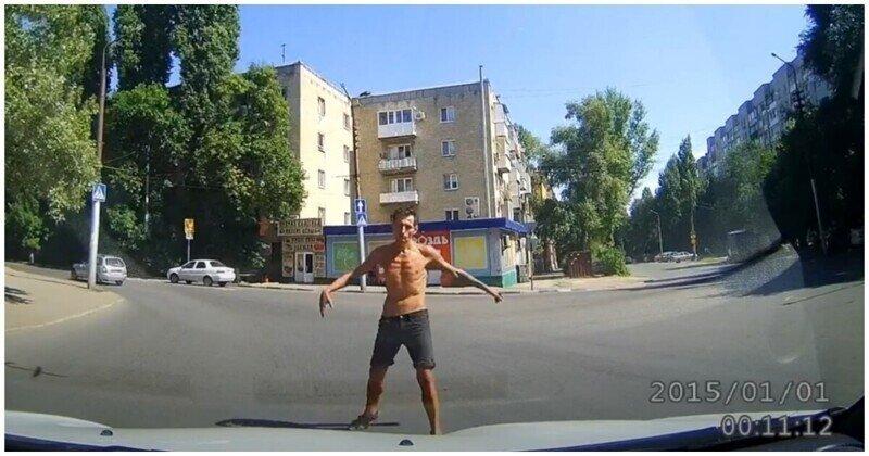 Кокетливый неадекват скакал по автомобилям на улицах Саратова