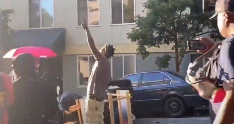 Ещё не всё потеряно: чернокожий мужчина удивил протестующих в Сиэтле