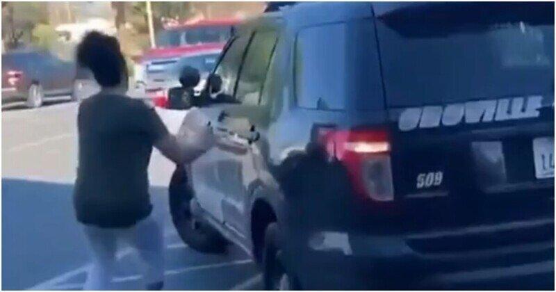 Американка не позволила полицейскому автомобилю попасть в ДТП
