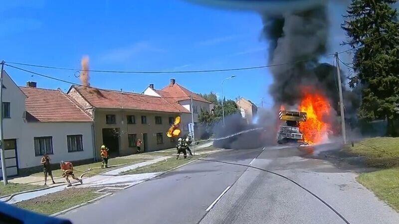 Загоревшийся автокран встретил пожарных летающим огненным колесом