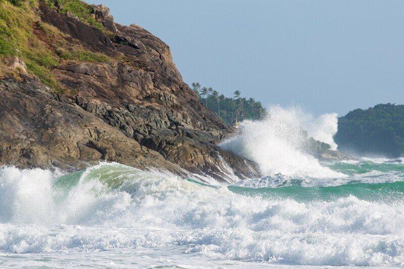 Ураганный ветер и волны, а кайтеры продолжают летать!