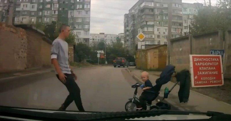 Отец года: ребенок на велосипеде выкатился прямо на дорогу
