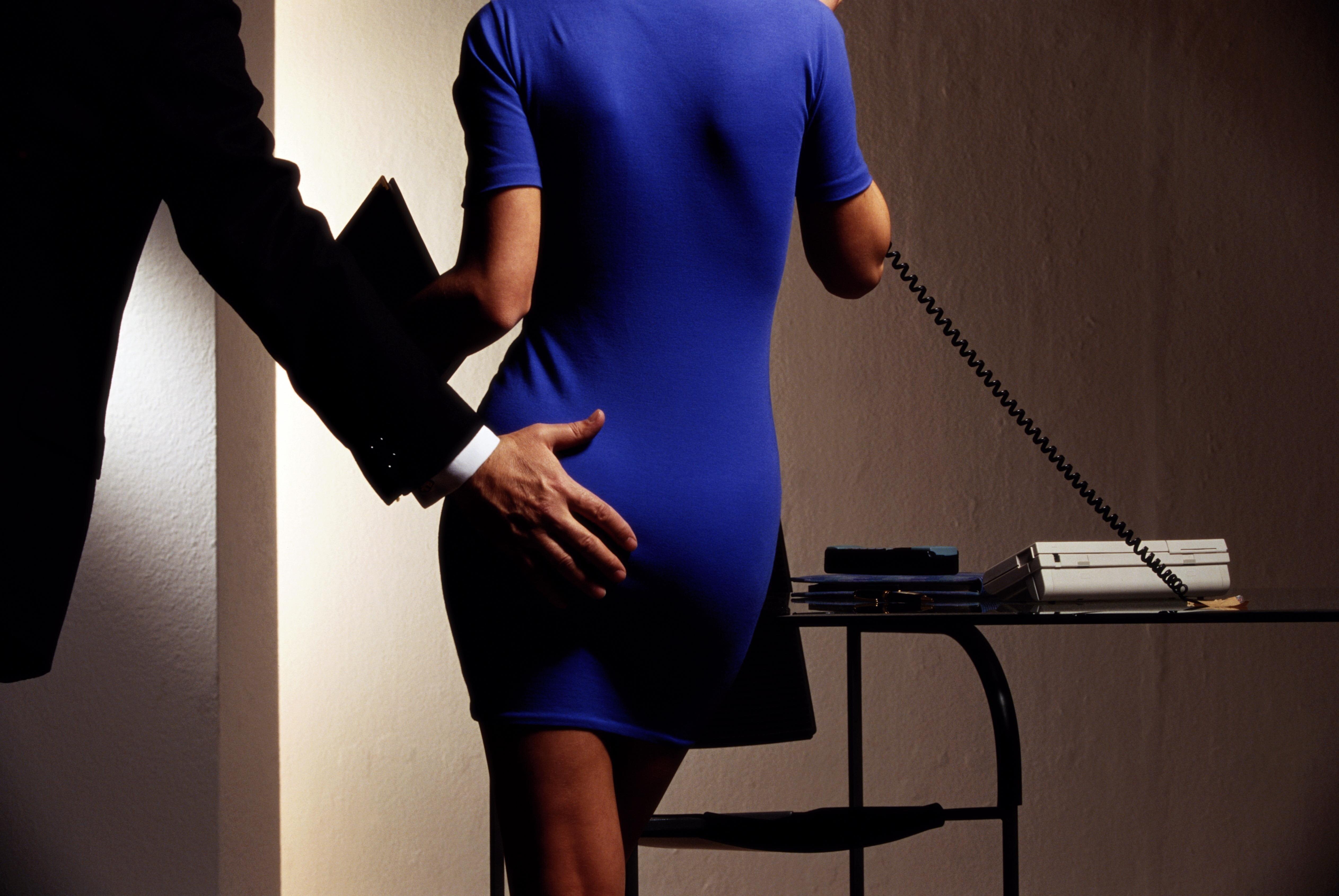 Начальник деревенского совета занялся любовью со своей секретаршей во время конференции