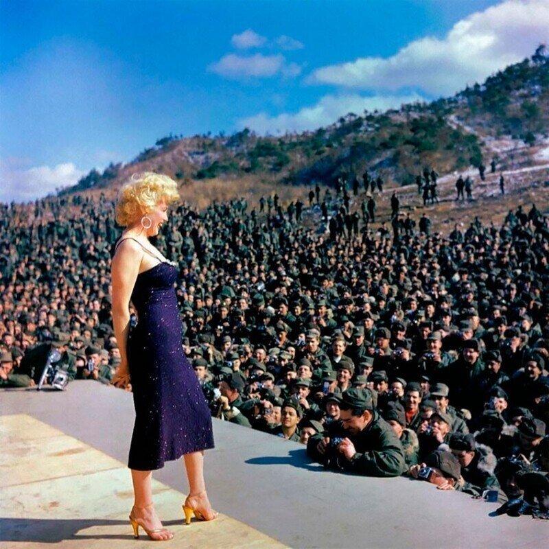 Завораживающие цветные фотографии Мэрилин Монро, поющей перед солдатами в Корее