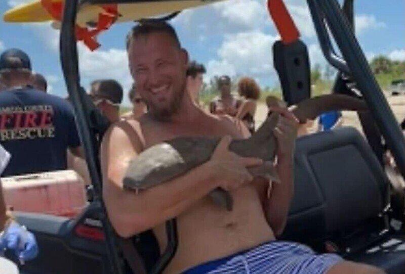 Турист появился на пляже с акулой, вцепившейся ему в руку