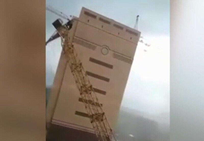 В Тюмени из-за сильного ветра упали два башенных крана