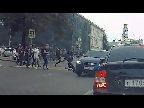 В центре Екатеринбурга сбили парня на самокате