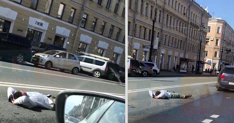 Это Питер: гражданин разлегся на проезжей части Невского проспекта