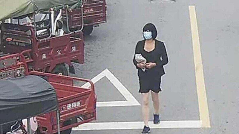 Лысый китаец в женской одежде угонял скутеры