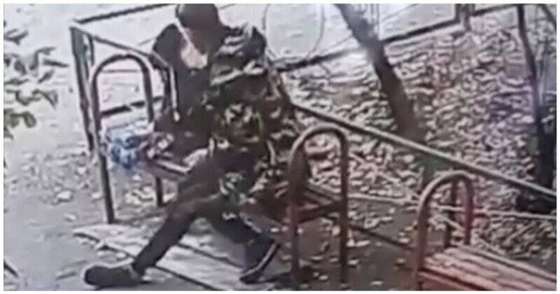 В Воронеже пьяный мужчина издевался над ребенком жены во дворе жилого дома