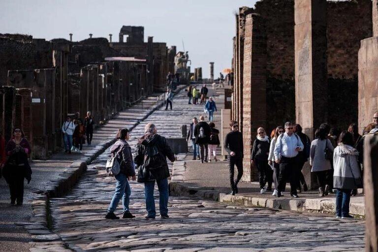 """""""Они прокляты!"""": туристка вернула украденные артефакты"""