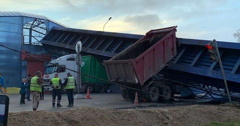 Авария дня. Самосвал снес надземный переход в Ленинградской области