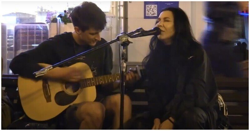 Певица Ёлка подпела уличному музыканту в Москве