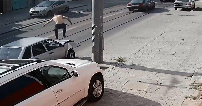 Жестянщик от бога: ростовчанин отремонтировал машину, попрыгав на капоте