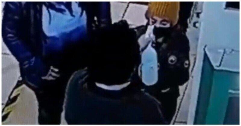 Охранник магазина случайно брызнул антисептиком в глаза ребенку