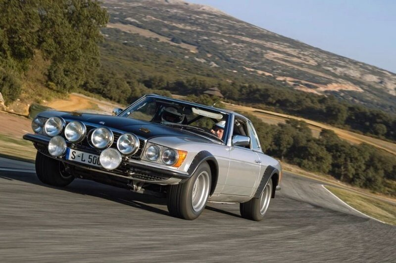 Черный капот, скотч на фарах и дырявый бампер — зачем все это гоночным Mercedes-Benz