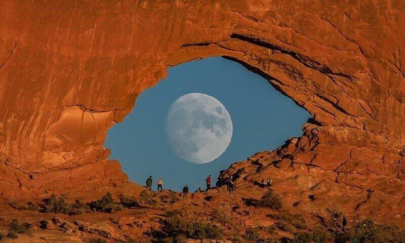 Фотограф дождался полной луны и сделал крутой снимок