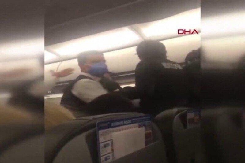 В турецком самолете пассажир напал на футболистов, устроив потасовку