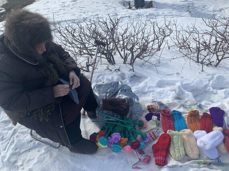 Delivery Club решила скупить вязаные шарфики у бабушек