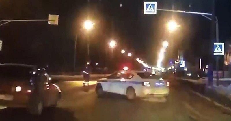 Приняли удар на себя: в Череповце экипаж ДПС прикрыл служебным автомобилем пешеходов