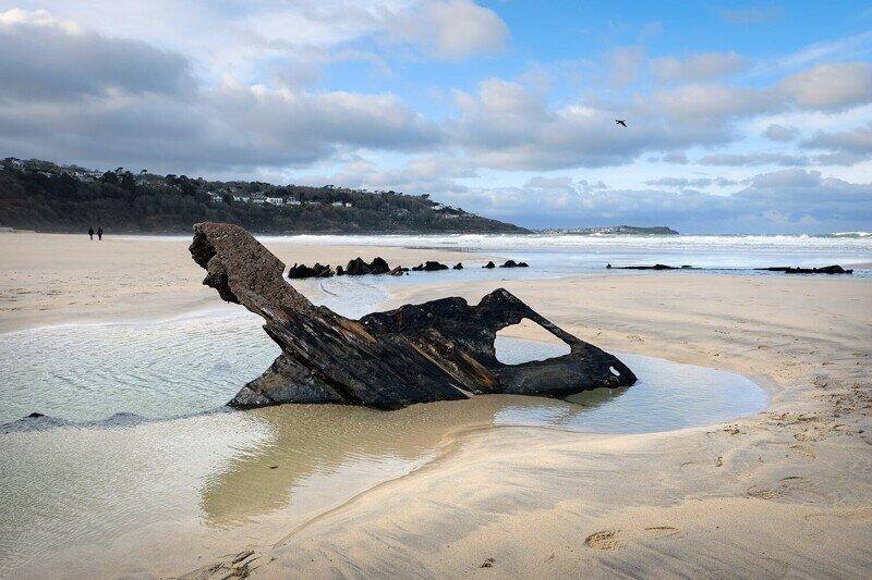 В Англии на пляже появились останки древних кораблей
