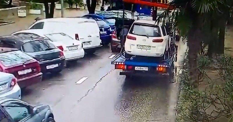 В Сочи эвакуатор зацепил дерево и повредил два легковых автомобиля