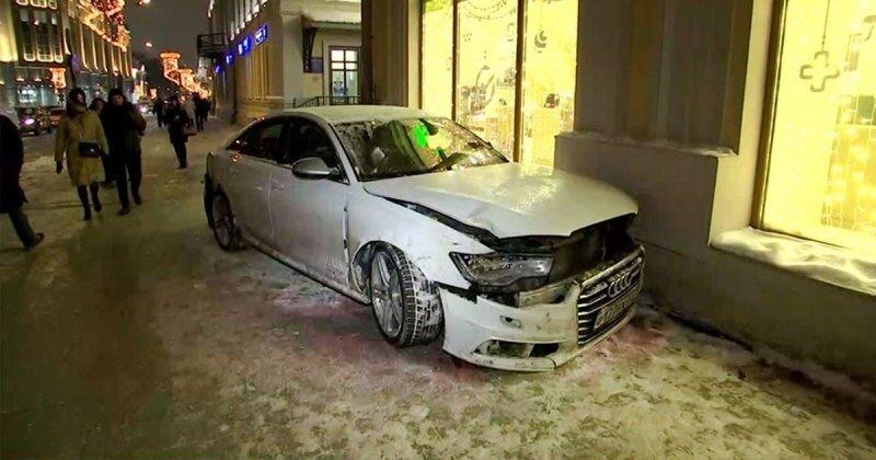 Авария дня. В центре Москвы машина вылетела на тротуар после ДТП и сбила женщину