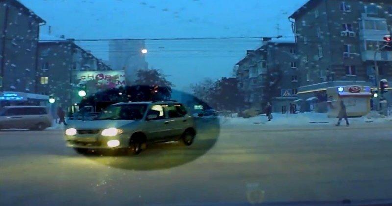 Неожиданный маневр: водитель начудил на перекрестке в Новосибирске
