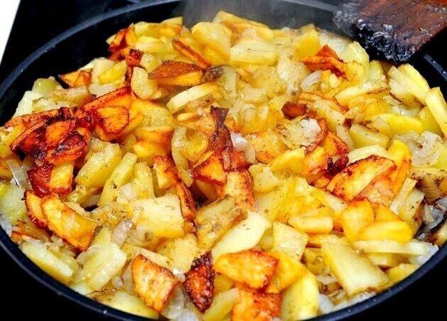Пахло жареной картошкой с луком
