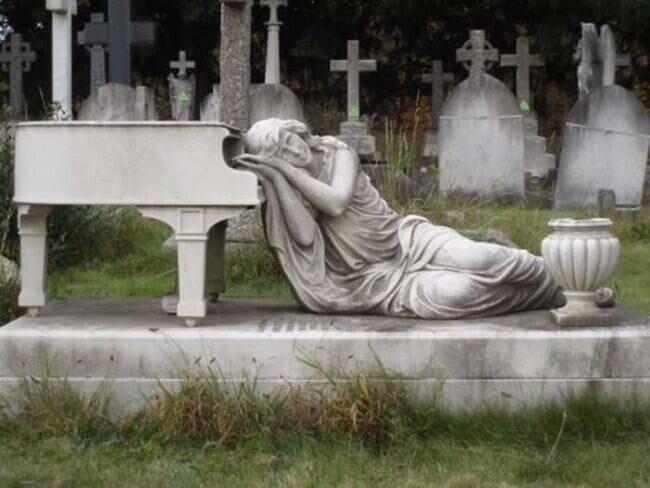 Подборка самых необычных надгробий