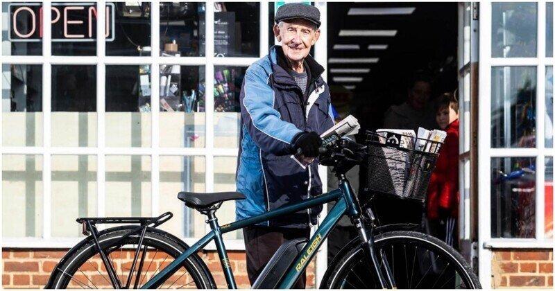 Добрые новости: 80-летнему почтальону подарили велосипед, чтобы он мог продолжать работать