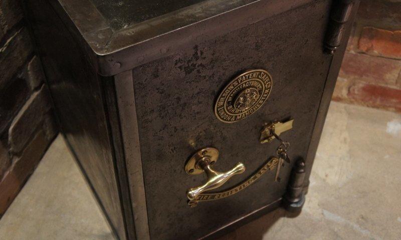 Система запирания хранилища 250-летней давности, напоминающая сложную головоломку