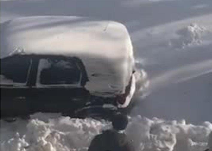 Машина, снег, лопата
