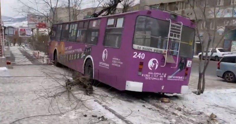 В Чите пьяный водитель устроил ДТП с участием троллейбуса