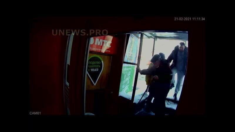 В Кирове быдлан пнул в спину пожилого инвалида, который мешал ему пройти в магазин