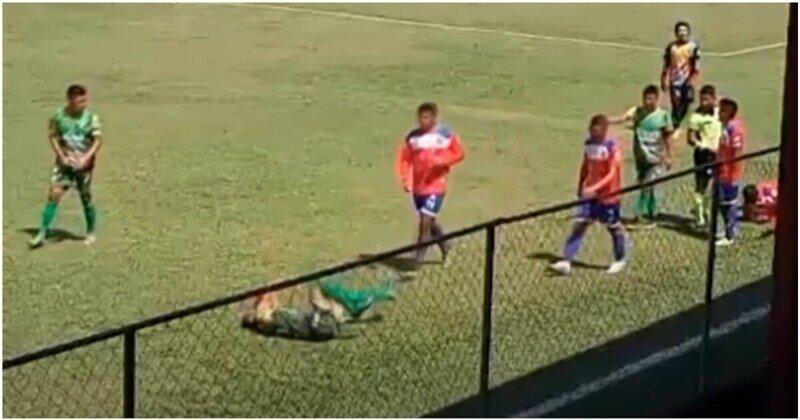 Симуляция года: футболист притворился, что в него кинули камнем зрители