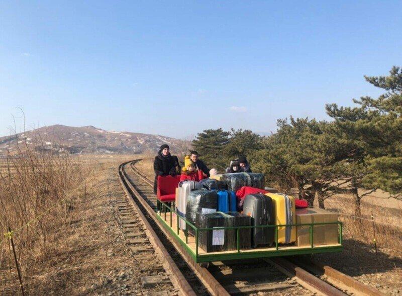 Российские дипломаты вернулись домой из КНДР, толкая дрезину до Хасана