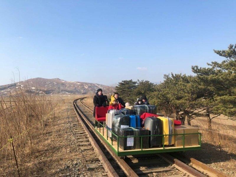 Последние мили до родных берегов российские дипломаты преодолели, толкая железнодорожную платформу