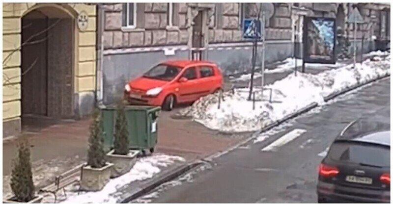 В Киеве куски льда со снегом рухнули на припаркованный в неположенном месте автомобиль