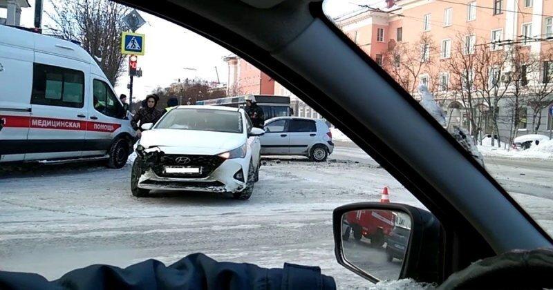 За такой разворот нужно лишать водительских прав пожизненно: ДТП в Мурманске попало на видео