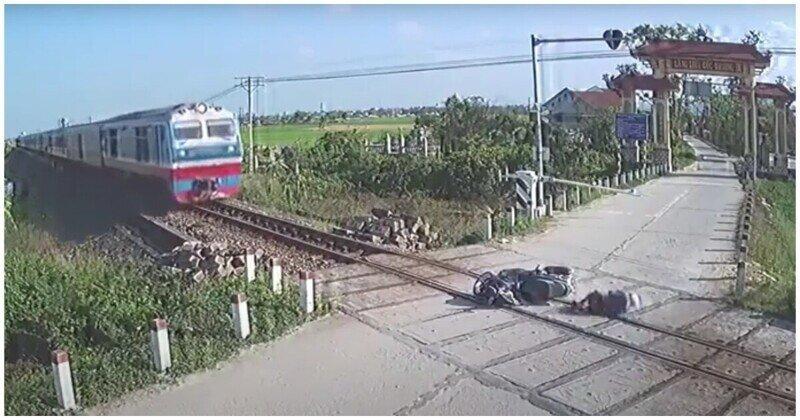 Мужчина в последний момент спасся от приближающегося поезда
