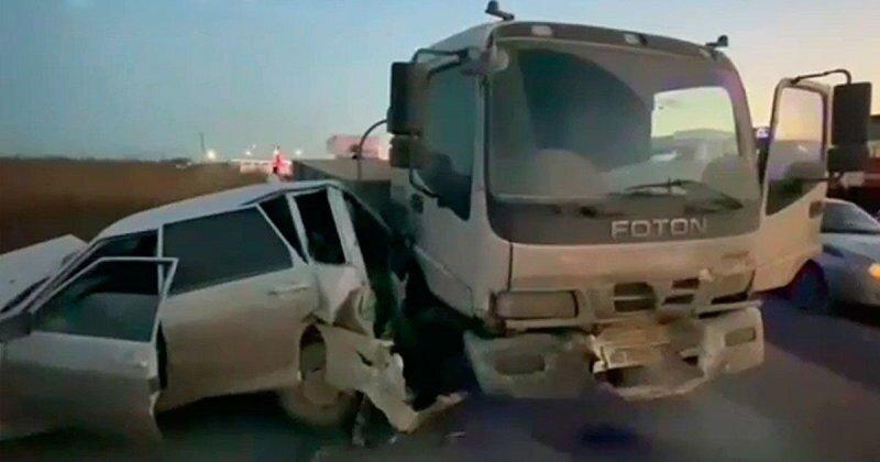 Авария дня. В Дагестане КамАЗ протаранил четыре автомобиля