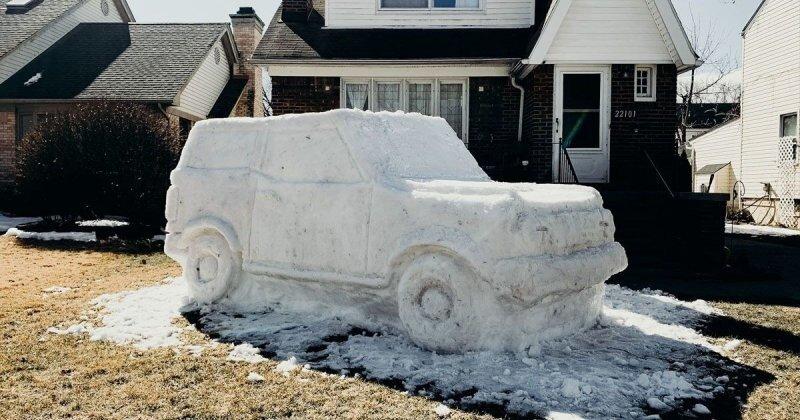 Сотрудник Ford слепил новый Bronco в натуральную величину перед своим домом