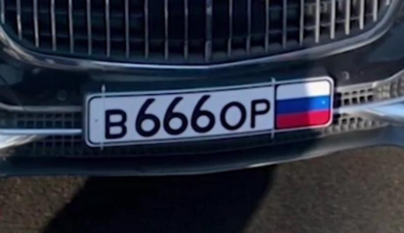 """В Питере ДПС вывел на чистую воду """"Майбах"""" с мигалкой и номером """"666"""":видео"""