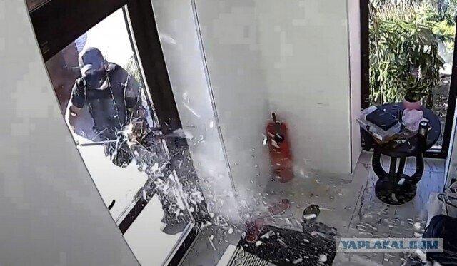 Полицейские по ошибке ворвались в дом к адвокату, избили его и украли 20 тысяч долларов