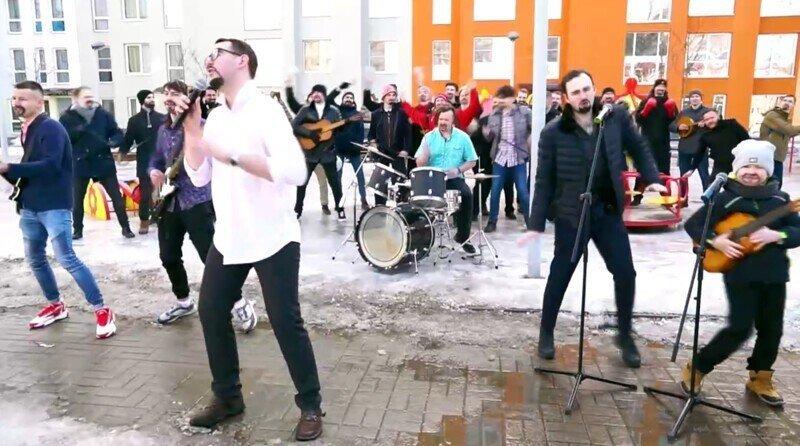 К 8 марта сняли шуточный клип с тридцатью Стасами Михайловыми