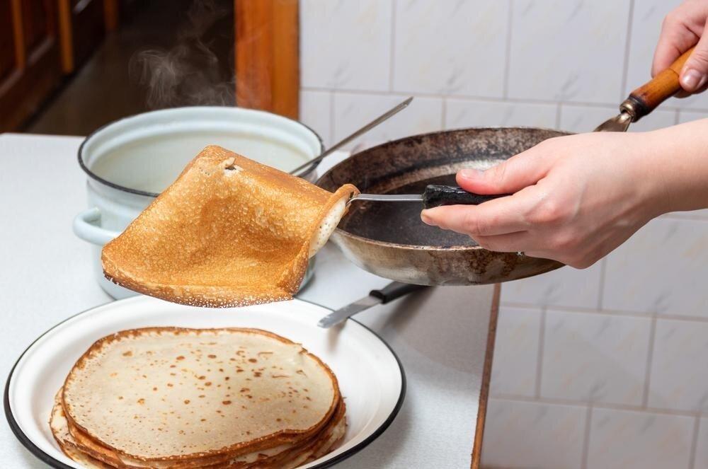 Прилипший блин: почему не получается снять его со сковороды и перевернуть?