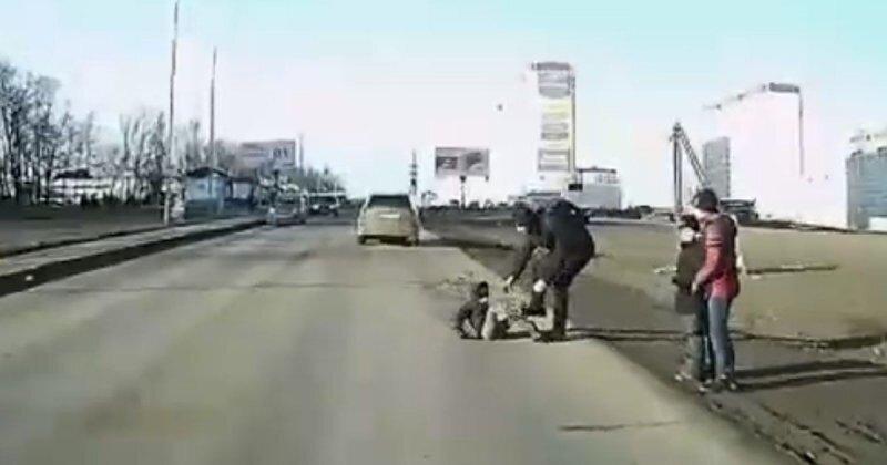 В Ростове маленький мальчик бросился под машину